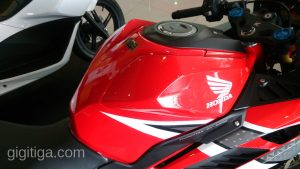 cbr250rr-2016-red-wahana-right-tank-01