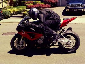 bmw-s1000rr-tuck-in-out-01